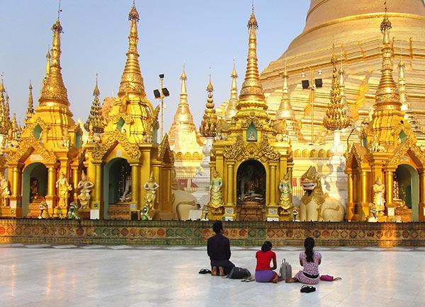 People praying at pagoda